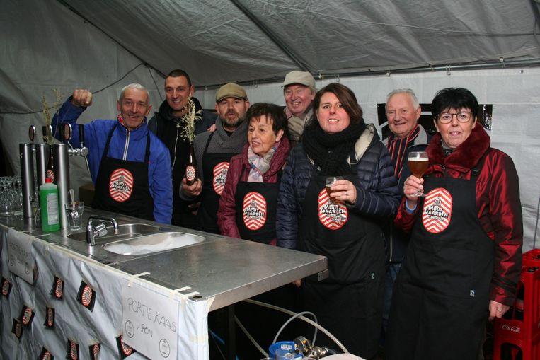 Het brouwersteam en het dorpscomité stelden het nieuwe bier voor in de pastorietuin