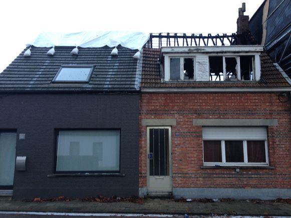 Het huis aan de rechterkant is volledig onbewoonbaar. Ook het aanpalende pand raakte ernstig beschadigd.