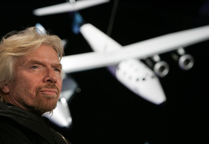 Richard Branson, oprichter van Virgin Galactic, en het model van SpaceshipTwo.