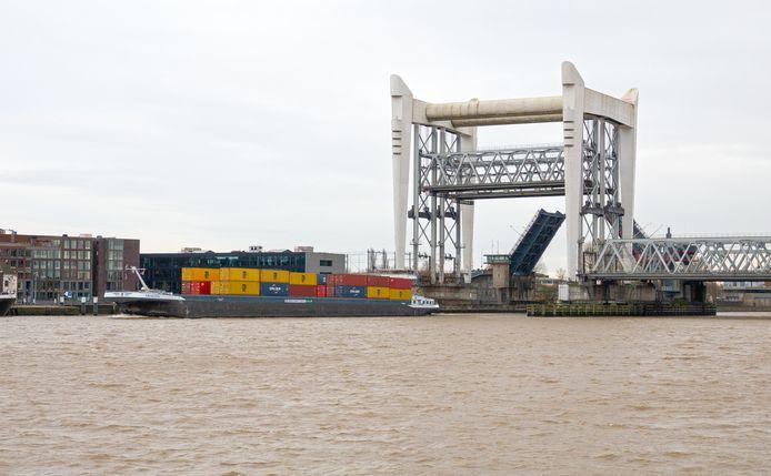Containerschip gaat onder de spoorbrug door. Dit is niet het schip in kwestie. Foto is ter illustratie.