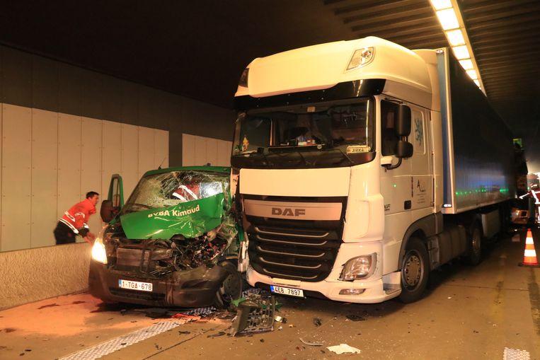 De bestelwagen werd gesandwicht tussen de betonnen rand en een truck.