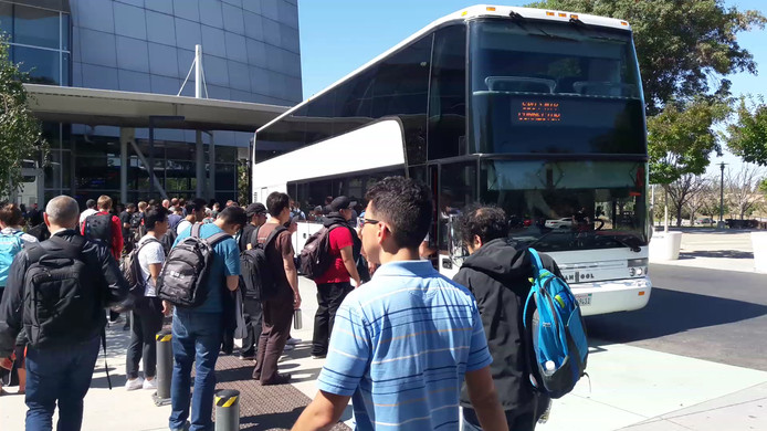 Google-werknemers wachten op de gratis shuttle naar San Francisco