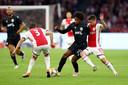 Razvan Marin (rechts) in duel met Diego Biseswar tijdens Ajax-PAOK.