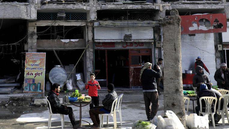 Het 'Restaurant van de Koning' in Raqqa, van oudsher vermaard om zijn falafelgerechten, bedient klanten. Beeld Delil Suleiman / AFP