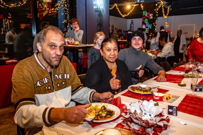 Marco Scheper, Mirella Kartutu en Mike Westra (vlnr) genieten van hun diner.