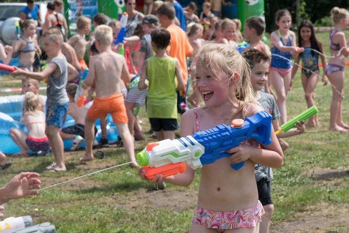 Sportkaravaan Harderwijk heeft een aangepast programma voor de schoolkinderen in Drielanden, met veel waterspelletjes. Bram van de Biezen