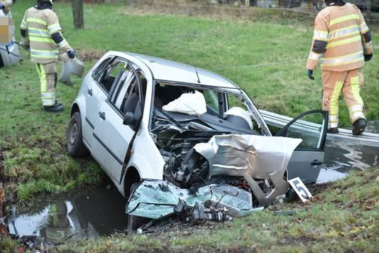 Auto raakt van de weg en belandt in de sloot in Benschop. De bestuurder overlijdt.
