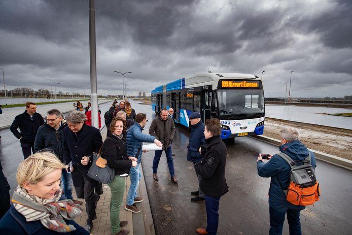 De genodigden stappen uit bij Lelystad Airport.