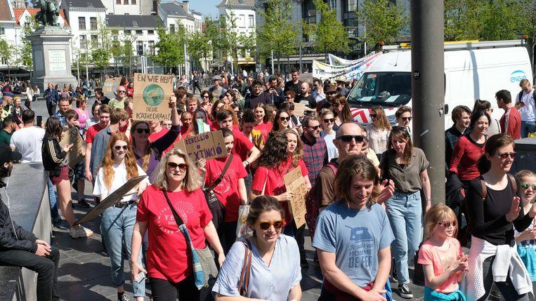 De mars trekt door de Antwerpse straten.