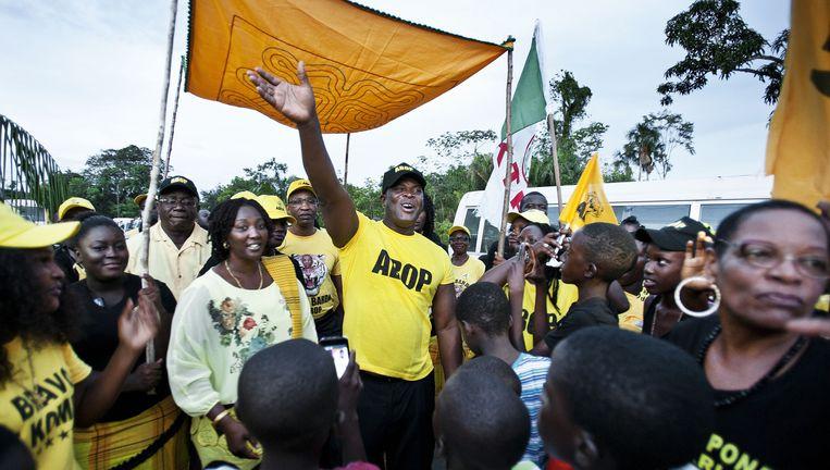 ABOP-leider Ronnie Brunswijk wordt ontvangen in het Surinaamse district Brokopondo. Beeld Guus Dubbelman / de Volkskrant