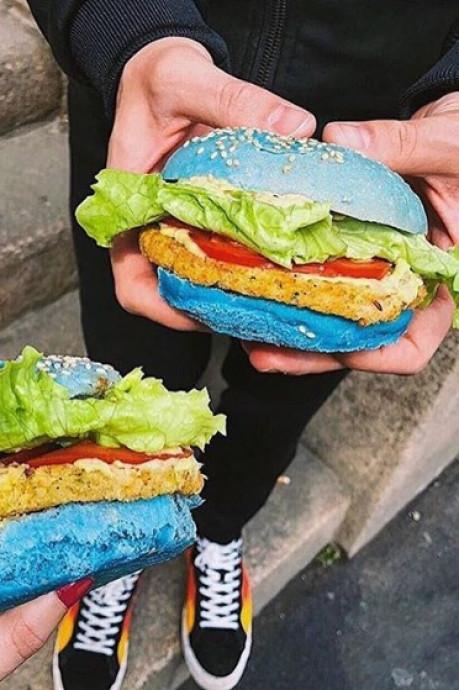 Blauwe, roze en zwarte hamburgers bij nieuw restaurant in Rotterdam