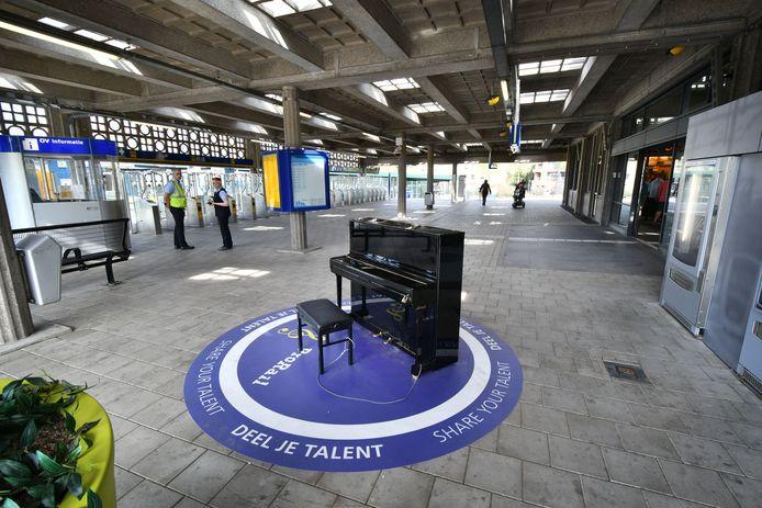 De stationspiano van Enschede in betere tijden.