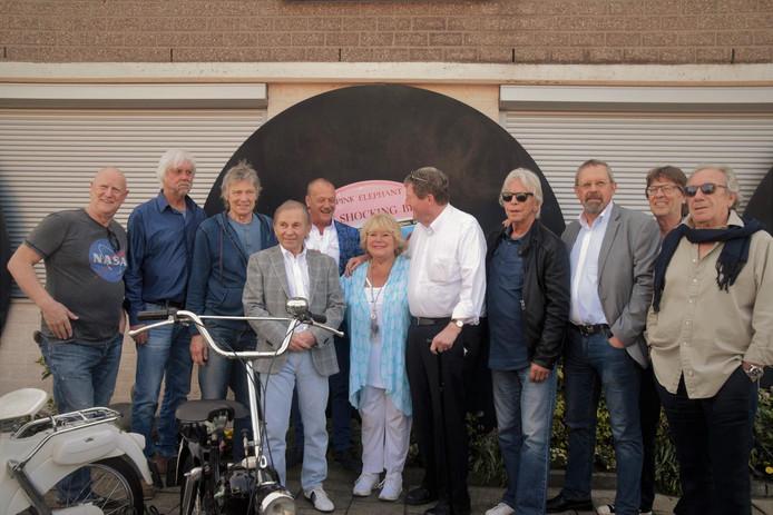 Van Leeuwen (vierde van links) en oude bekenden bij de opening van de expo. Achter hem conservator Jaap Schut.