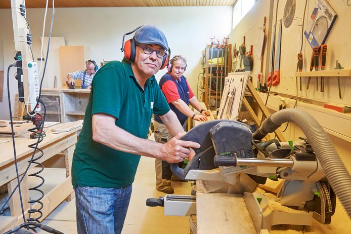 Medewerkers van Carrousel Groen werken ook in de houtwerkplaats in zorgcentrum De Nieuwe Hoeve te Schaijk