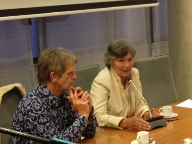 Marion van den Waardenberg (rechts) en architect Huub van Laarhoven tijdens de presentatie in Boekel.