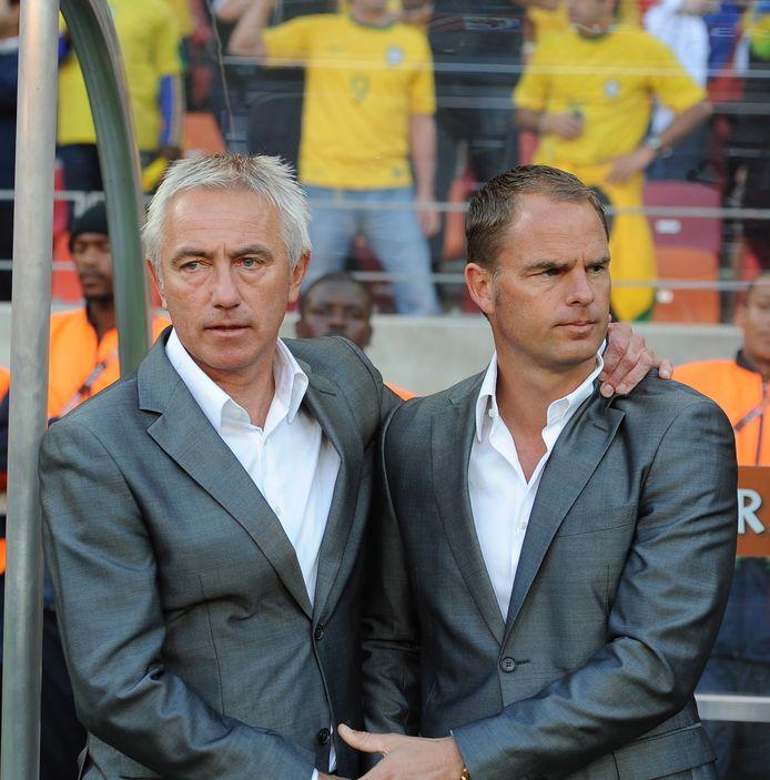 Bert van Marwijk en Frank de Boer tijdens de WK-kwartfinale tegen Brazilië.