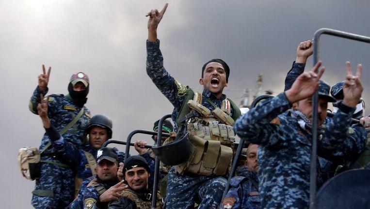 Speciale eenheden van het leger arriveren in Qayyarah. Beeld REUTERS
