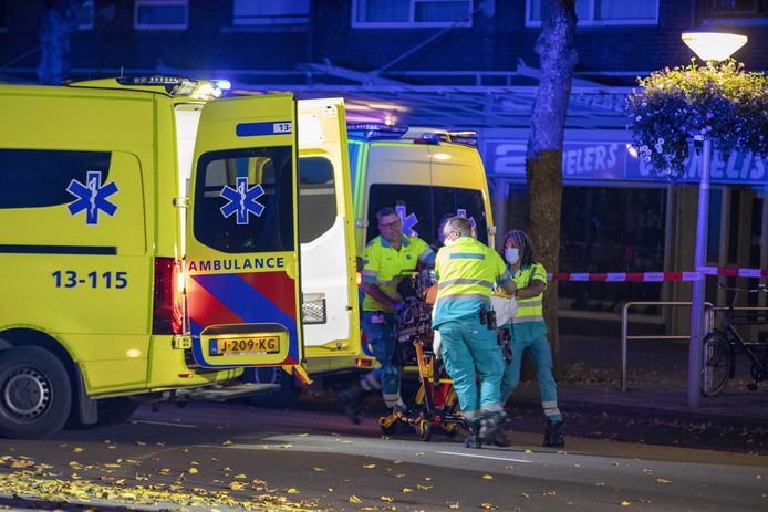 Een ambulance vervoert de neergeschoten Ay.