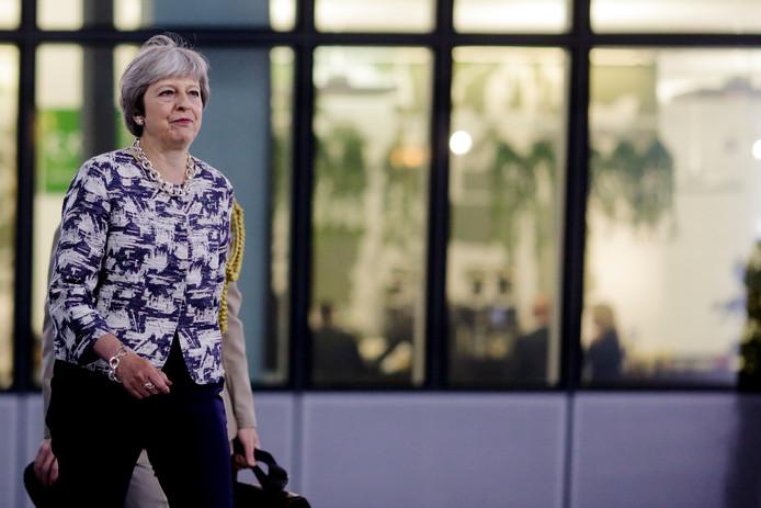Premier Theresa May moet bij de brexit laveren tussen haar eigen partij en de wensen van de Europese Unie.