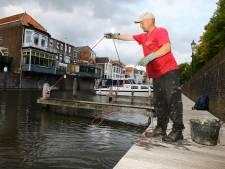 Magneetvisser Tonny 'hengelde' al 600 kilo aan metaal uit het water: 'Vorige week nog een radio'