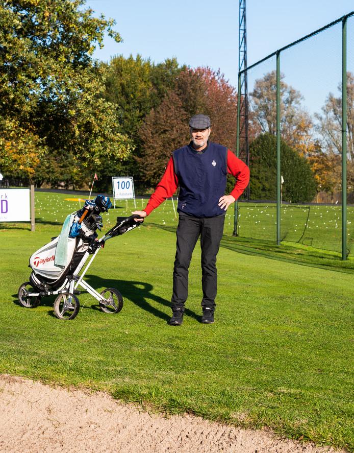 Sjaak Doedijns op de golfbaan aan de Baanhoekweg. ,,Voordat we met golfen begonnen, hadden we de gedachte dat het een beetje hautain is allemaal.''