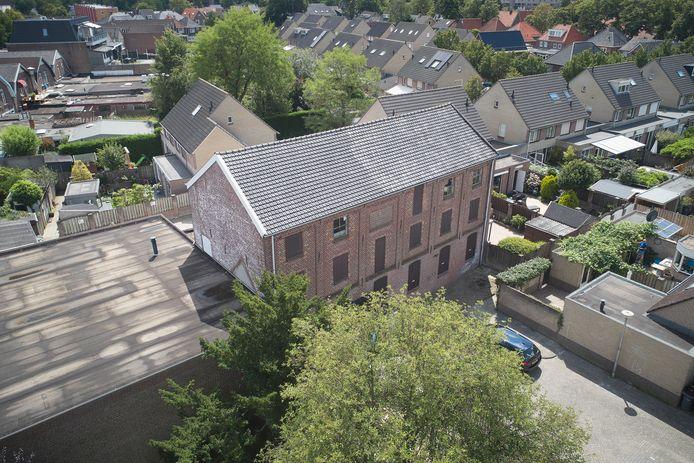 De oude leerfabriek is ingeklemd tussen de Seringenhof (rechts) en de Narcishof.