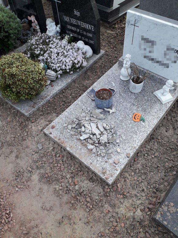 Een graf liep schade op door onzorgvuldigheid.