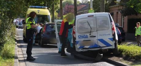 Pakketbezorger botst op voorligger op rotonde in Rijsbergen, bestuurder raakt gewond