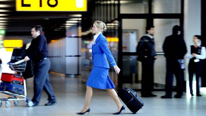 Een KLM-stewardess op de luchthaven Schiphol.