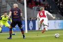 Hans Mulder veroorzaakt een penalty met een overtreding op Donny van de Beek.