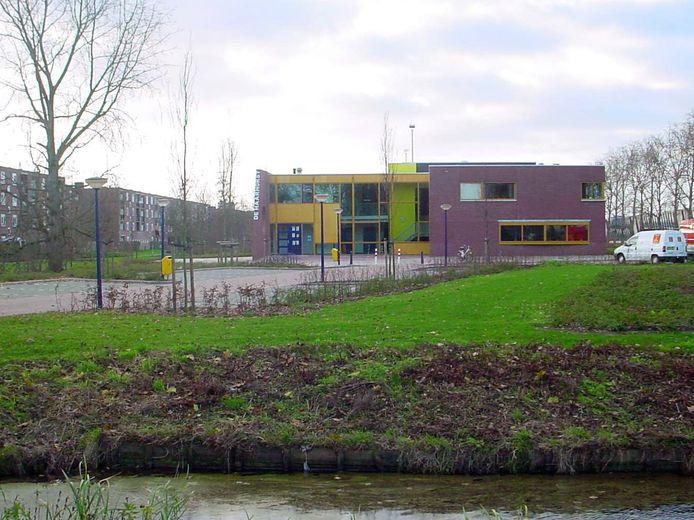 Het buurthuis aan de Grote Haarsekade, gefotografeerd in 2003, enkele maanden nadat de nieuwbouw voor De Haarhorst, werd geopend. Het staat nu bekend als Poppodium Gorinchem of PoGo.