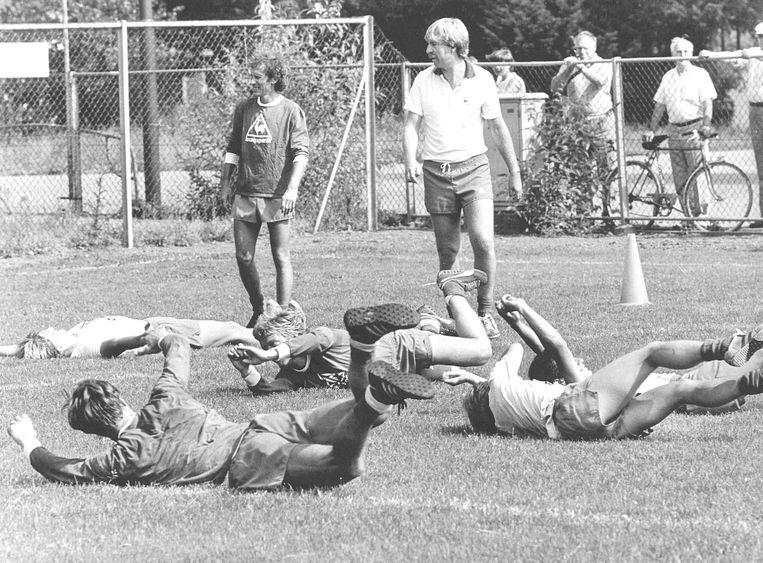 Hassie van Wijk (links) met hoofdtrainer Aad de Mos, seizoen 1982-1983. Beeld ANP
