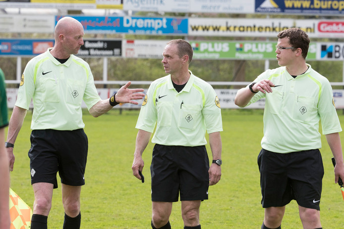 Scheidsrechter Johan Jensch uit Almere (midden) faalde opzichtig.