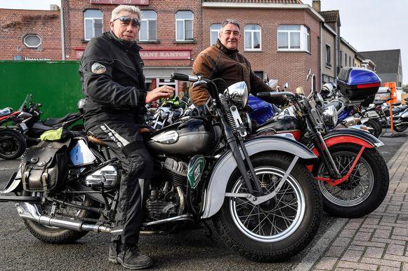 Luc De Block (rechts) en zijn kompaan reden de Herfstrit met motoren uit begin de jaren veertig.
