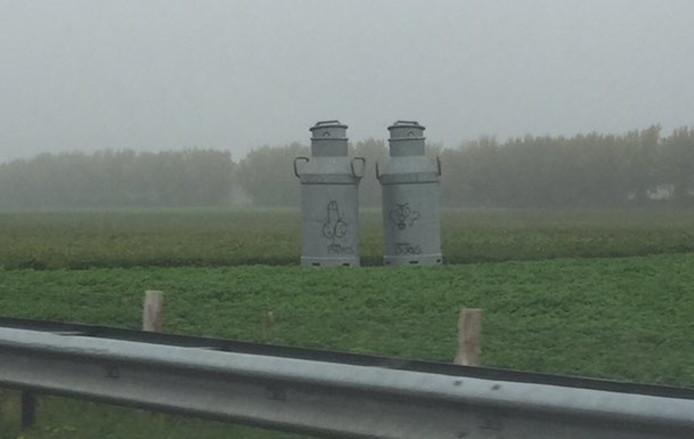De enorme melkbussen langs de A58 bij Wouw zijn beklad.