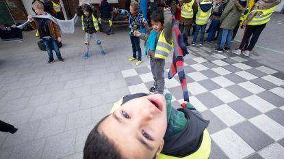 Kinderen schenken dikke truien aan goede doelen
