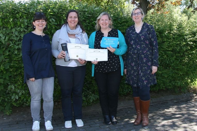 Leerkrachten Annick Van den Put en Sigrid Brebels ontvingen geschenken