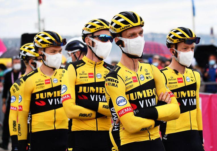 De complete Jumbo-Visma stapte gisteren uit de ronde, in het spoor van Steven Kruijswijk die bij een coronatest positief bleek. Beeld EPA