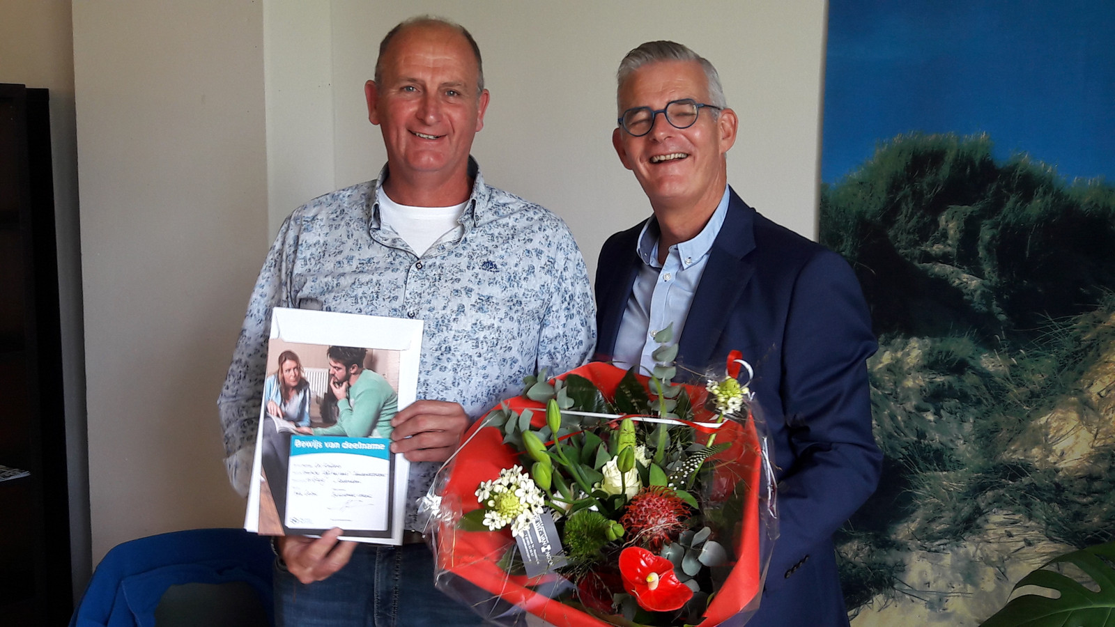 Cor Kuijpers uit de gemeente Moerdijk is een nieuwe Taalambassadeur. Rechts wethouder René van Ginderen.