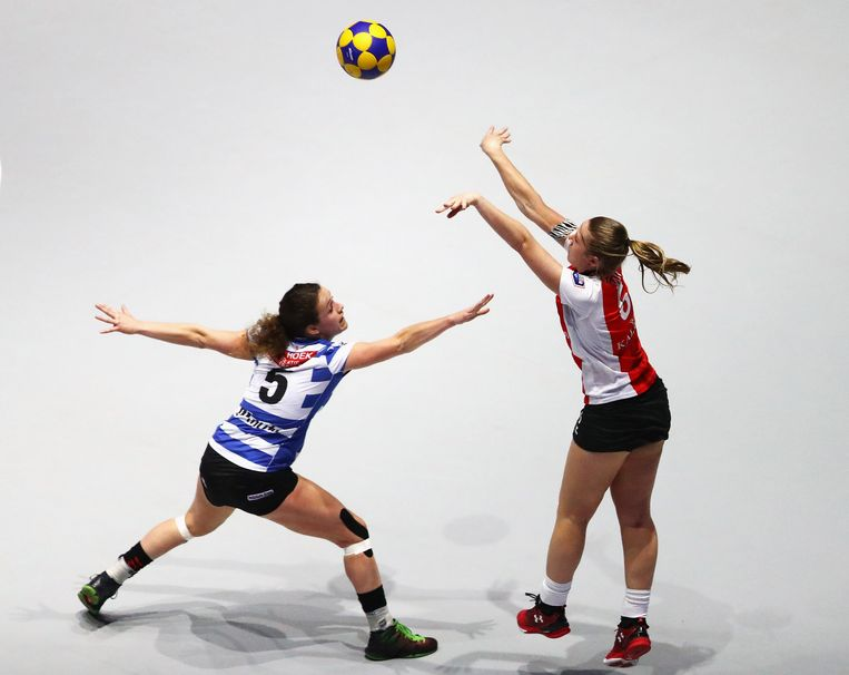 AMSTERDAM, NETHERLANDS - APRIL 08:  Celeste Split of Top/Quoration shoots in front of Loraine Vissers of Blauw-Wit during the Dutch Korfball League Final between Blauw-Wit and TOP/Quoratio held at the Ziggo Dome on April 8, 2017 in Amsterdam, Netherlands.  (Photo by Dean Mouhtaropoulos/Getty Images) Beeld Getty