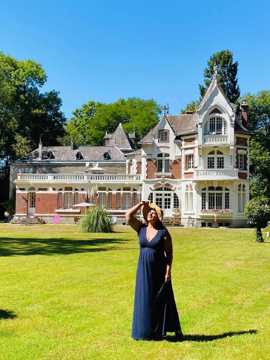 Marissa Schopman gaat op sjiek bij het kasteel dat ze in de verkoop heeft.