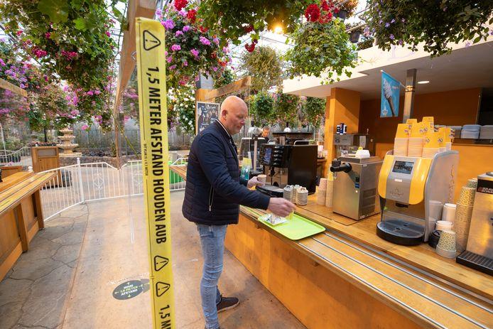 Mede-eigenaar Jeroen Maarssen haalt koffie in het restaurant dat tijdelijk een take-away is geworden.