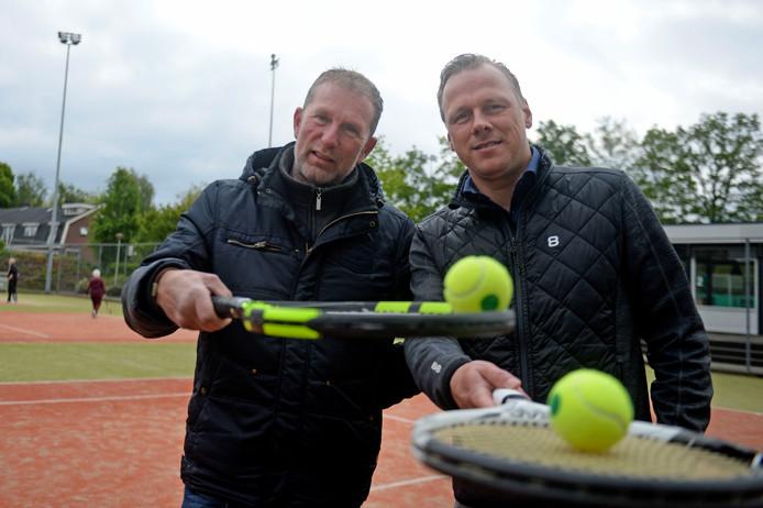 Hans Wender (links) en Rolf Groothuis, trainer en speler in de sportieve hoogtijdagen van de 50-jarige tennisvereniging Smash Borne.