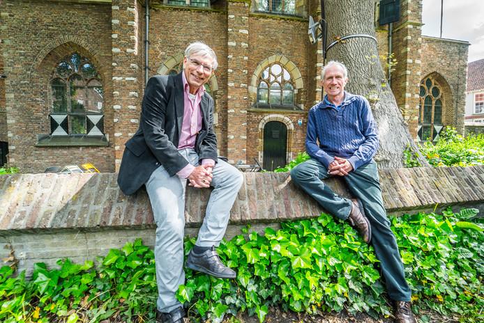 Wim van Leeuwen (l) en Dick Stammes bij het Agathaplein.