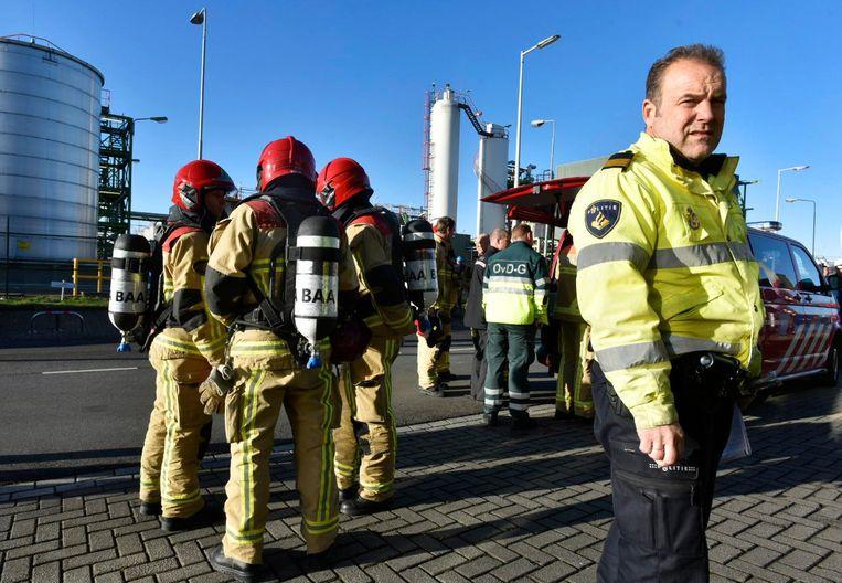 Het gevaar in Westpoort gaat niet altijd gepaard met rook en vlammen, bijvoorbeeld als er gevaarlijke stoffen lekken Beeld ANP