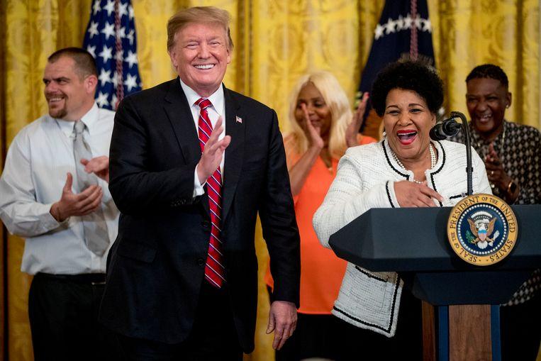 Alice Marie Johnson (rechts) geeft samen met president Trump een persconferentie na haar vrijlating.