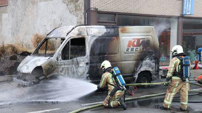 Bestuurder kan brandende bestelwagen nog tijdig aan kant zetten