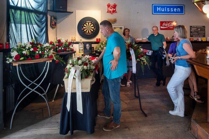 Roy van der Kemp neemt afscheid van zijn broer Mike in café de Dijk in Huissen.