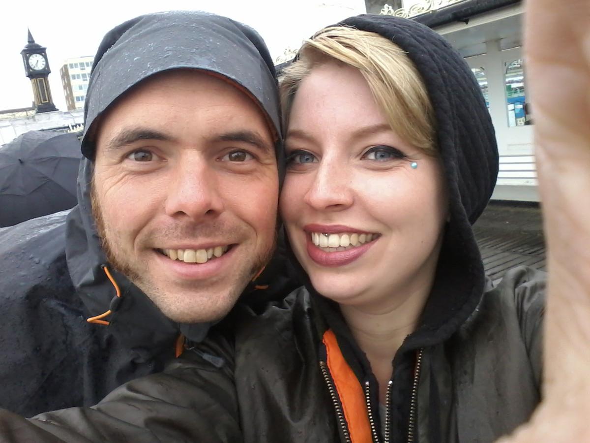 De initiatiefnemers van het herenigingsproject voor handschoenen: Stephanie Koning (rechts) en Jeffrey Kooij.