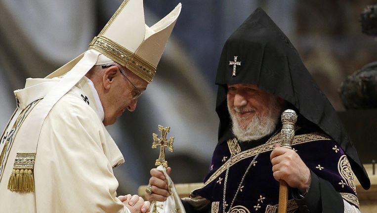 Paus Franciscus wordt begroet door het hoofd van de Armeens Orthodoxe kerk. Beeld ap
